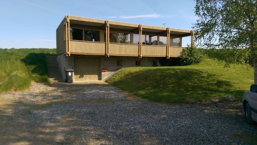 Sommerhuset ved fjord og hav