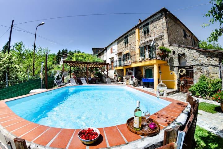 Casa in pietra in stile toscano con piscina privata e wifi