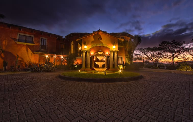 Exclusive Tuscan Mansion in CR - San José  - Casa