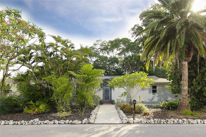 Charming home in Longbeach Village, only a 5 minute walk to beach access or bay!