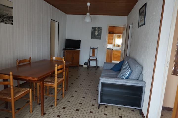 Petite maison simple en plein centre station (028)