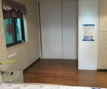 全新电梯房出租 有停车位,独立厨卫阳台24小时监控 - Wuzhou Shi - Apartment