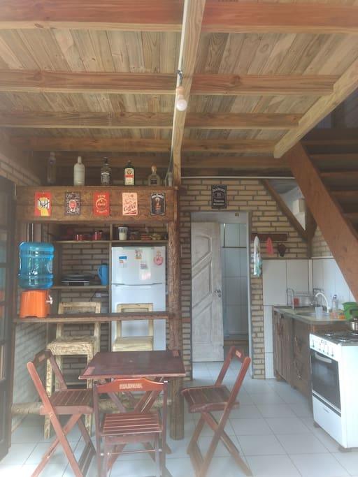 cozinha com balcão e bar.