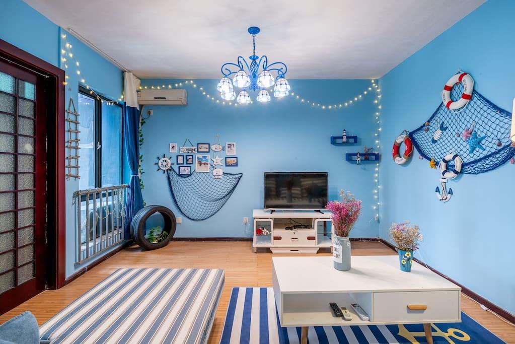 地中海风格设计,配置了空调,吊灯,立式台灯,电视,沙发,茶几。