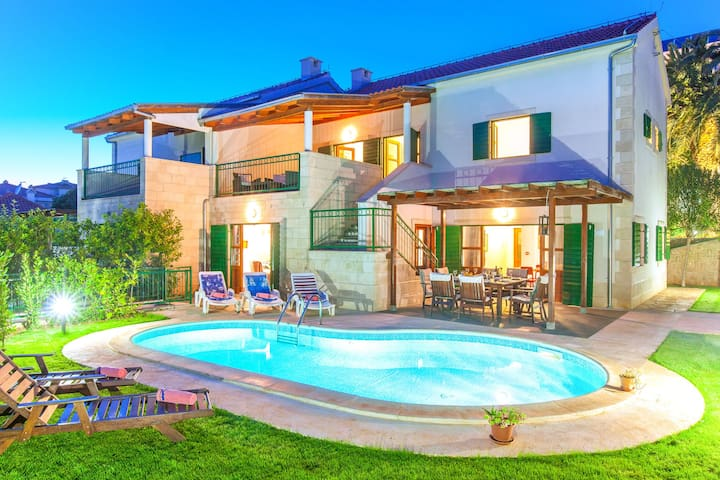 Superb villa with private swimming pool and garden on the coast of Croatian island