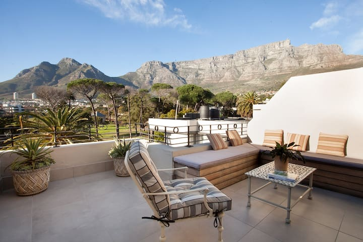 CHIC STUDIO WITH VIEW OF TABLE MOUNTAIN