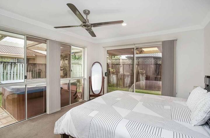 超大独立房间,和一个独立卫生间,可提供一至三个人住宿、提供免费停车的优势,欢迎光临!
