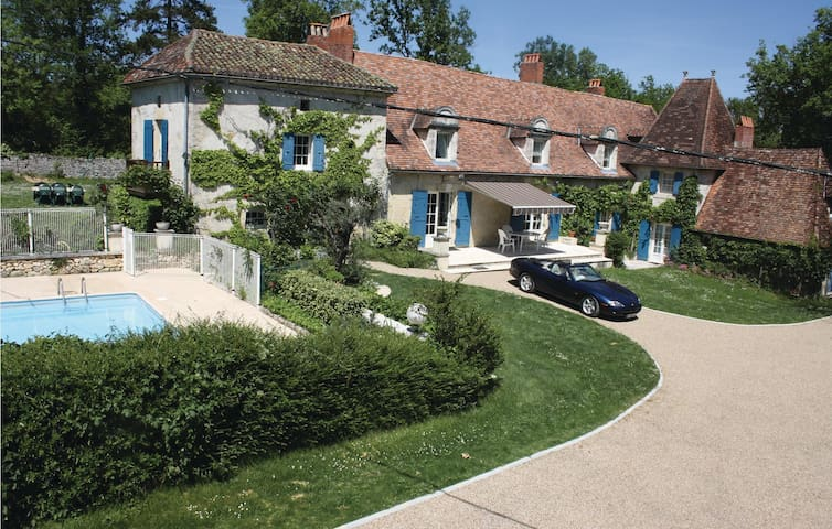 Holiday cottage with 4 bedrooms on 300 m² in Le Change