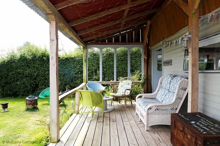 Honeypot Sleeps 2, a sweet boutique cabin in the midst of meadows and fruit trees