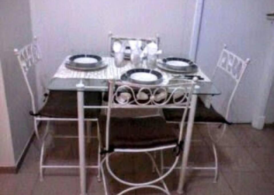 Mesa con capacidad para cuatro integrantes ( se incluye la vajilla completa para cuatro personas)