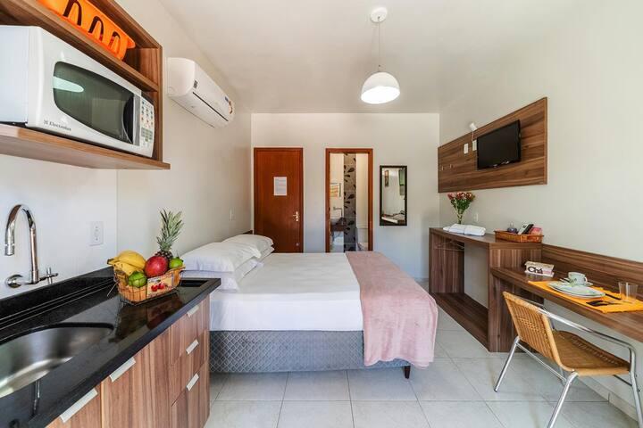 Loft com cozinha completa - utensílios como panelas, pratos, xícaras, talheres, etc