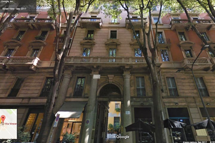 Independent bright studio in the center of Milan