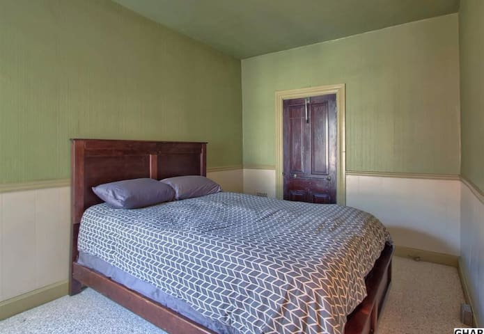 Private 2nd Floor Bedroom - Harrisburg