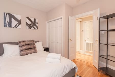 Modern Private Room on Charles Street 1 - Boston - House