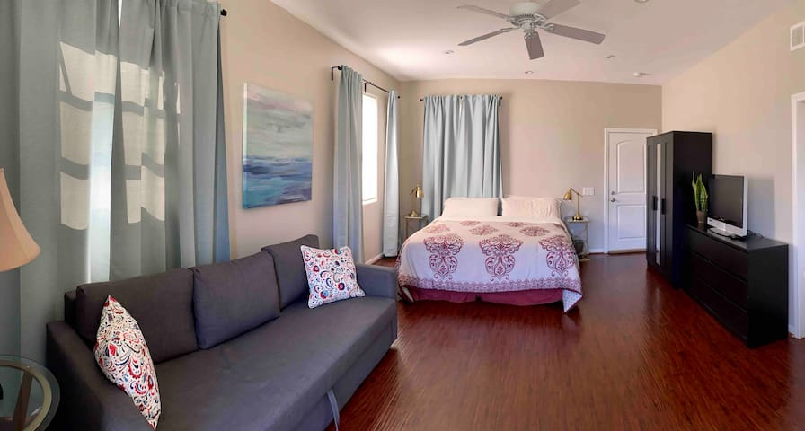 Immaculate Studio Guest Suite - Centrally located