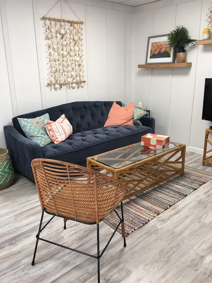 Beachy hideaway! Comfy 2 Bedroom Garden Apartment