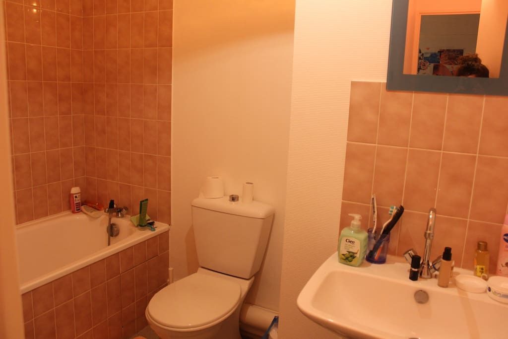 Salle de bain agréable avec baignoire.