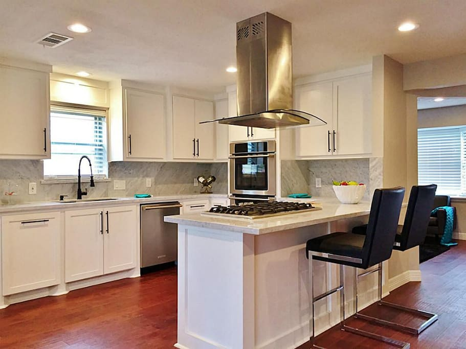 Huge kitchen great for entertaining!