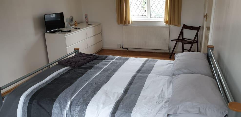 Spacious Room near Central Milton Keynes FREE WIFI