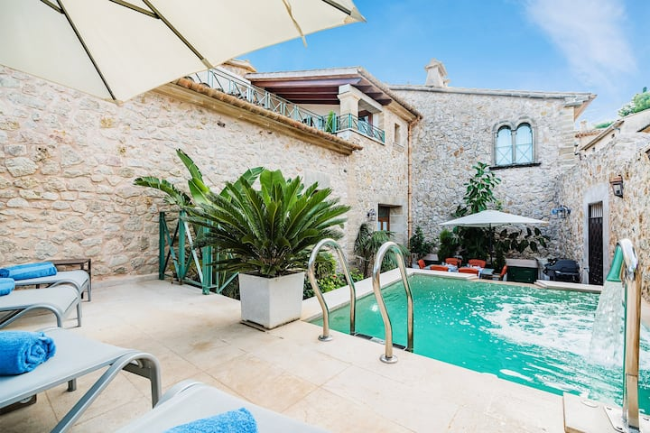 Domus Lleo, a Lovely Luxury House in Town Center