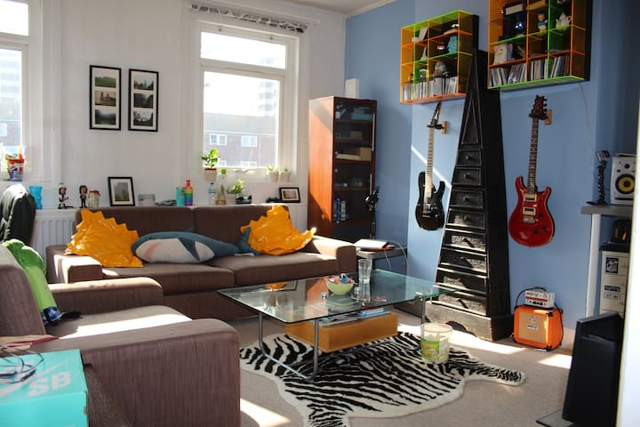 Quirky and fun house - Next to Tube. - London - Townhouse