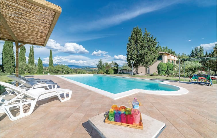 Holiday cottage with 4 bedrooms on 300 m² in Todi PG