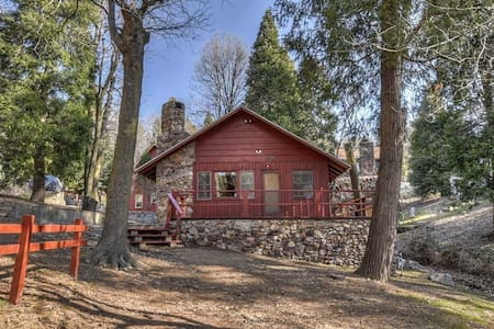 Walk to Lake Gregory! Pet and child friendly cabin