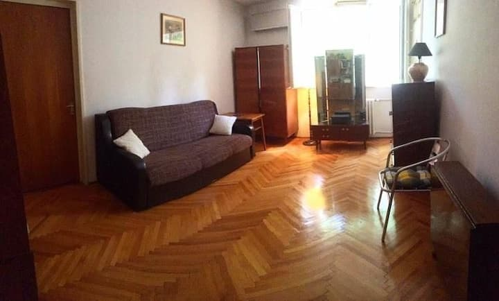 Room with private garden, near metro and IOR park.