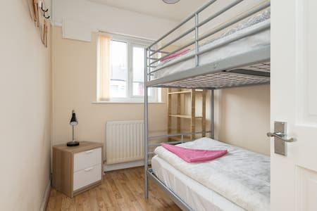 "#WIFI / WLAN# Clean, cozy & quiet SAXON ""SUITE"" - Liverpool 2km to Anfield - Hus"