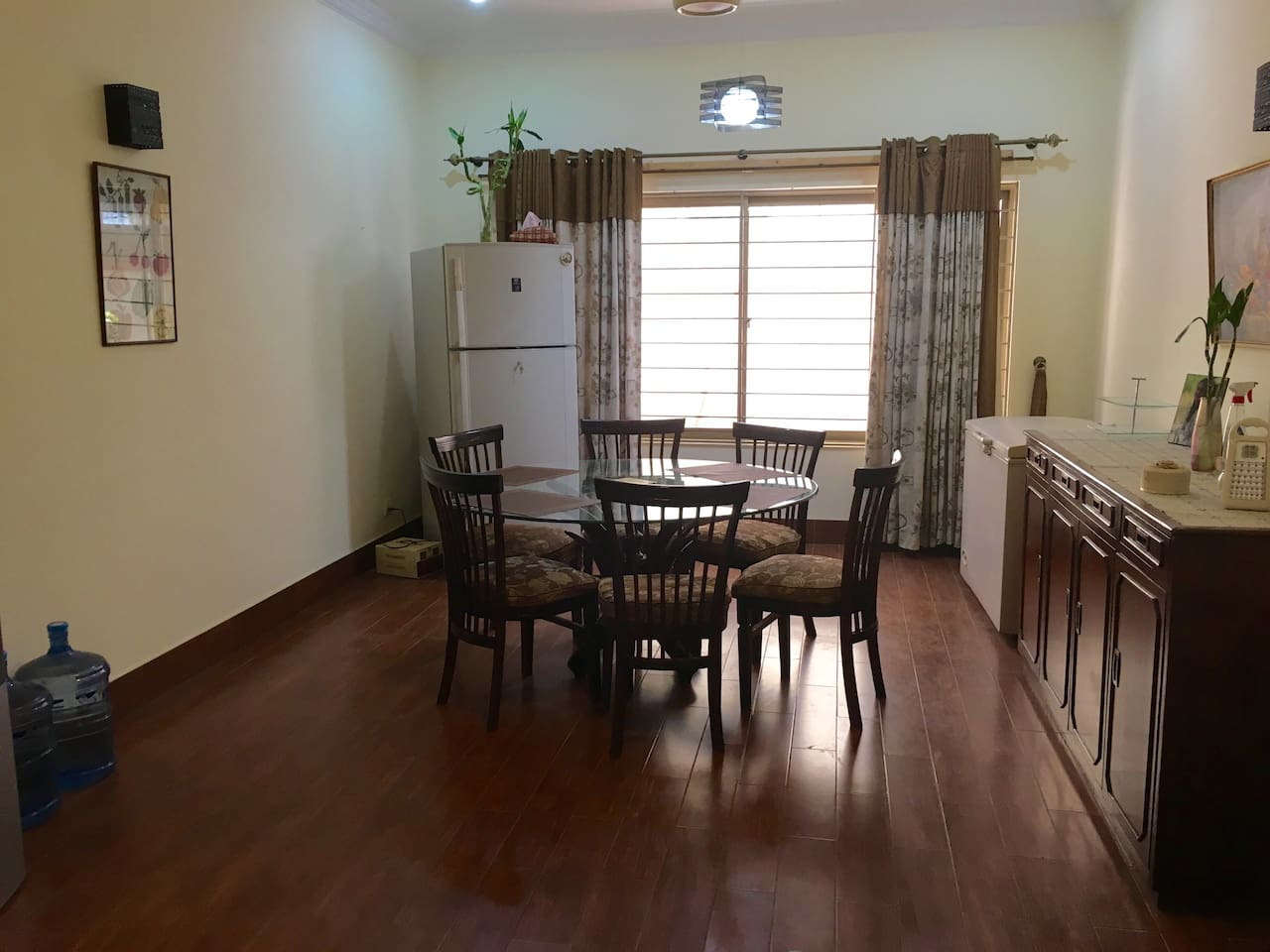Dining room sits up to 6 people