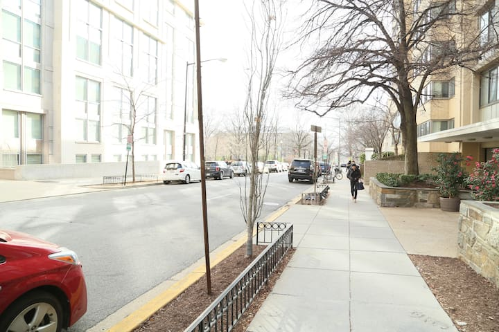 Foggy Bottom Convenient, Cozy Studio in Central DC - Washington - Appartement en résidence