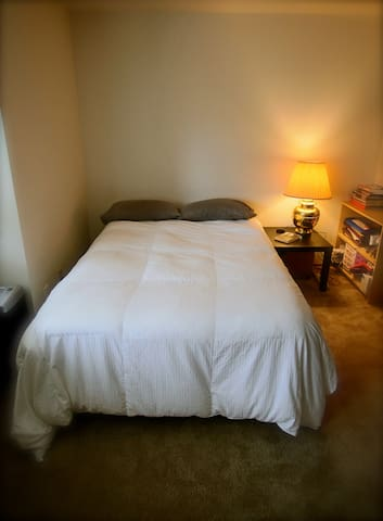 Quiet, comfortable room with attached shared bath. - Mountlake Terrace