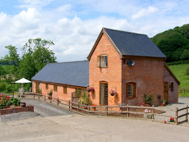 Y BWYTHYN, pet friendly, with a garden in Tregynon, Ref 977064