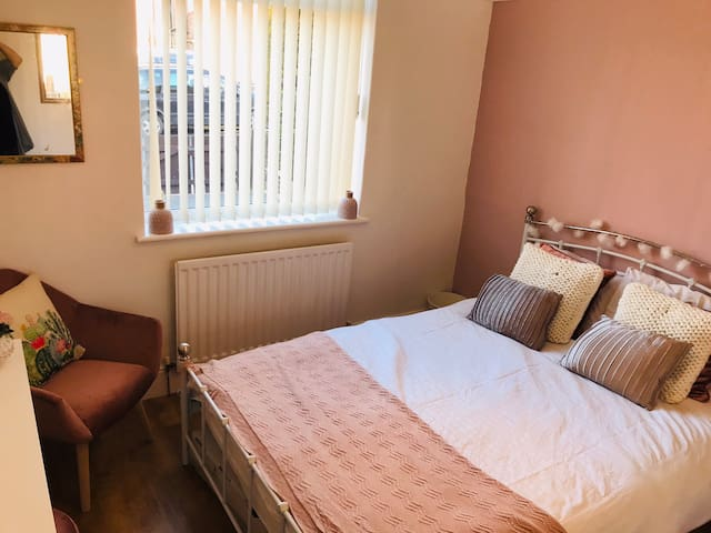 Eco pink room in cactus flat NEWCASTLE