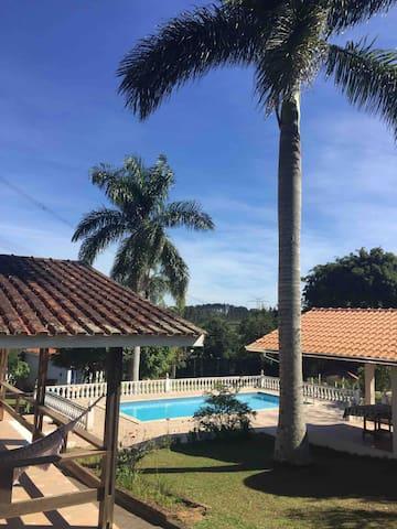 Vista parcial da casa, piscina e churrasqueira