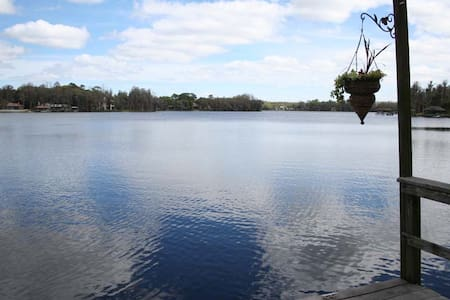Luxurious Private Lakefront Oasis...Great location - Oděsa - Dům