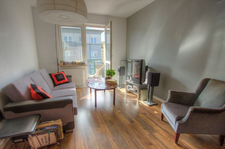Spacious apartment with balcony- 10min to center