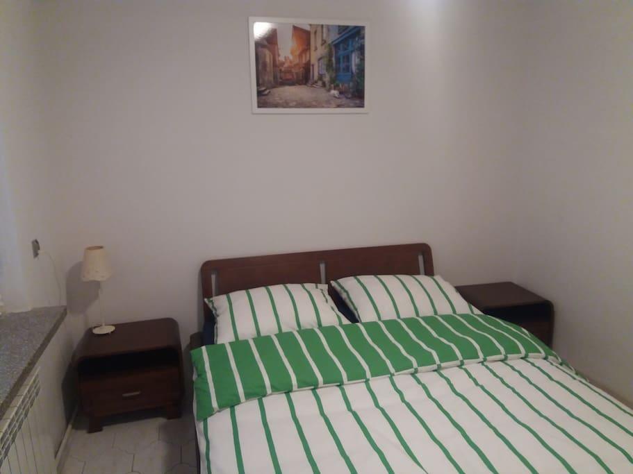 Bedroom with double bed (160 cm wide) / Sypialnia z podwójnym łóżkiem