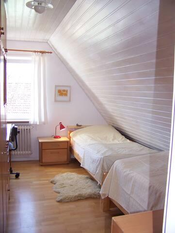 2. Schlafzimmer mit zwei Einzelbetten, Schreibtisch, Schrank und Kommode