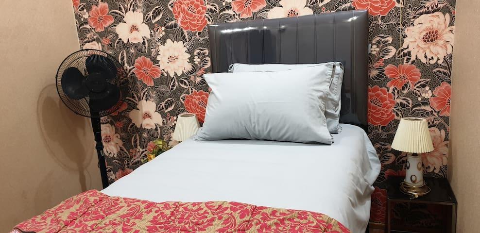 Kamar yang terdapat di lantai 2 dengan tempat tidur single bed atas bawah dan dilengkapi degan AC