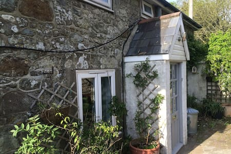 Vintage feel 17th Century Dairy Cottage - Ventnor - House