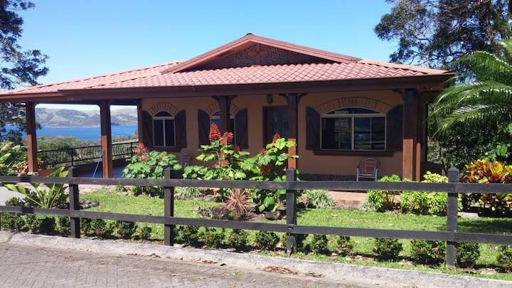 Spacious home with A/C- short walk to Lake Arenal