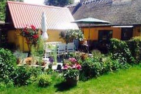 bondehus med skøn sol-/gårdhave opad Isefjorden - Hus