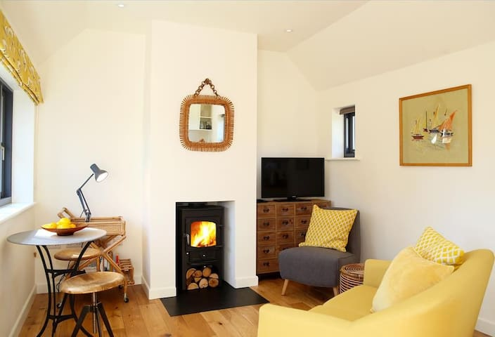 Primrose Lodge, a pretty self-catering cottage with a beautiful finish. Just minutes from Mayfield but with a wide choice of walks on the doorstep.
