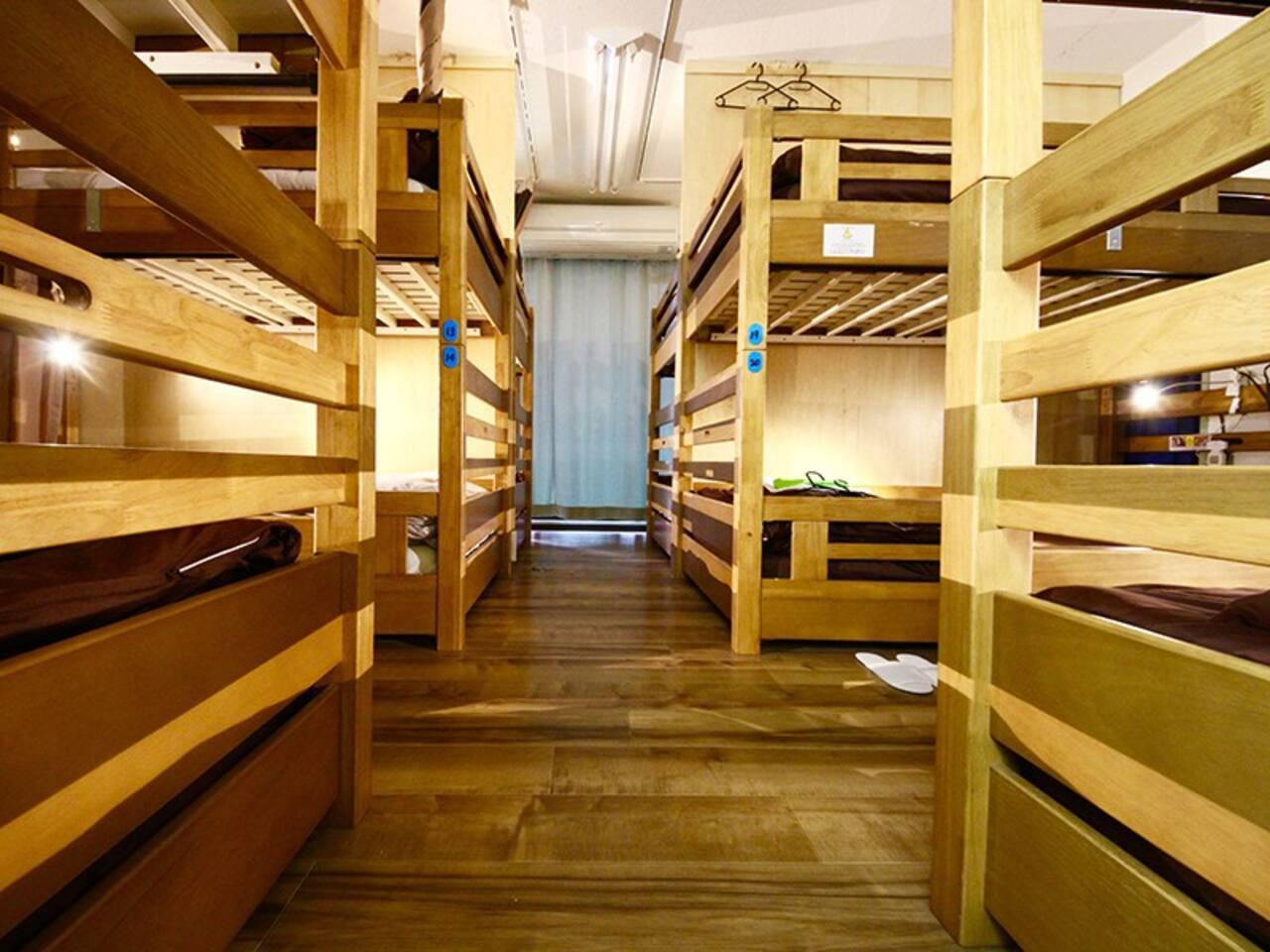 Shared dormitory rooms accommodate 10-12 people in a room.  ドミトリールームは一部屋に10名-12名がお入り頂ける大きいお部屋でごさいます。