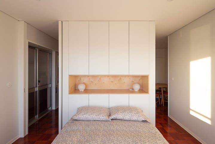 Quarto com cama de casal e vistas espectaculares para o mar