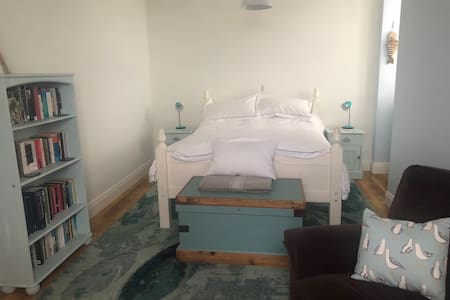 Beautiful spacious room opposite the beach