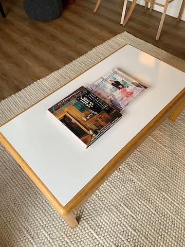 Coffee table in the living room.  Table à café dans le salon.
