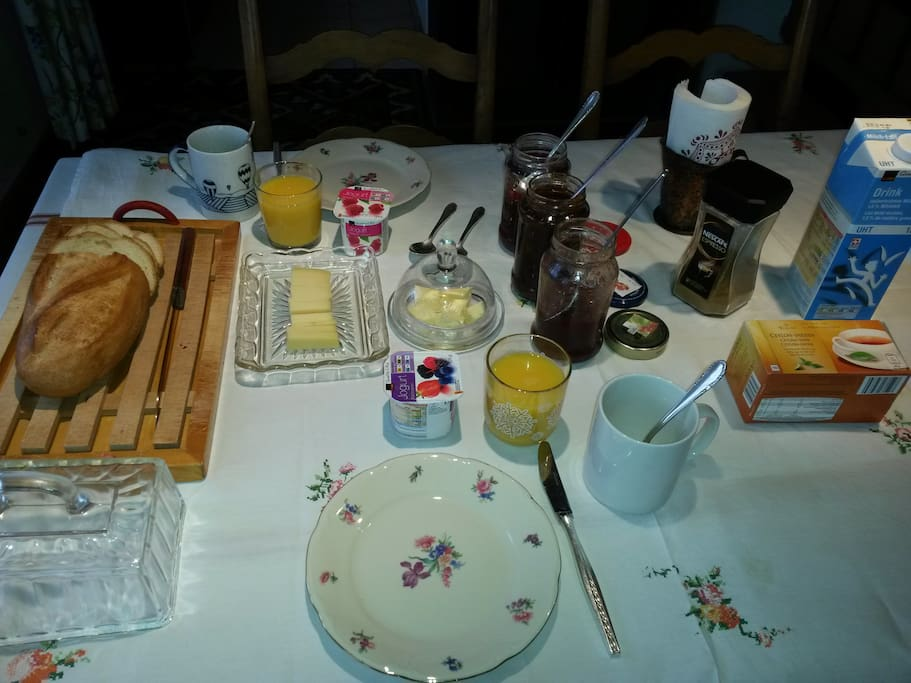 Frühstück inbegriffen, Breakfast included, from 8:15-10 am. Earlier is possible