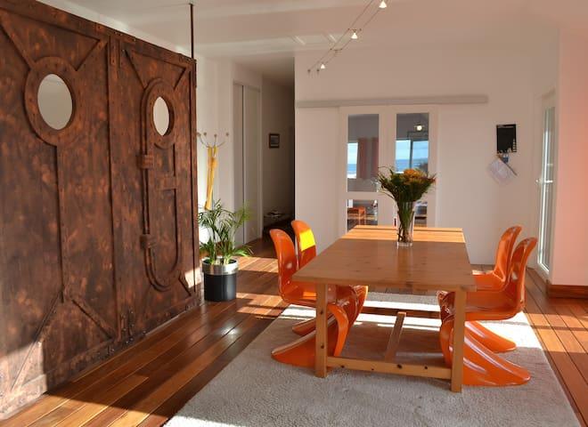 La vue sur la mer ,le plancher en bois massif,le mobilier design.